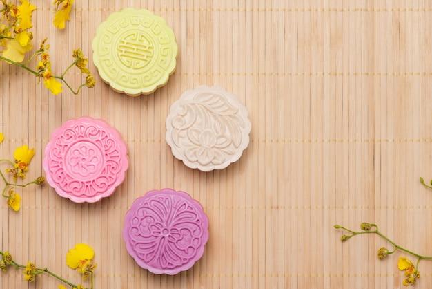Traditionele mooncakes op tafel met copyspace.