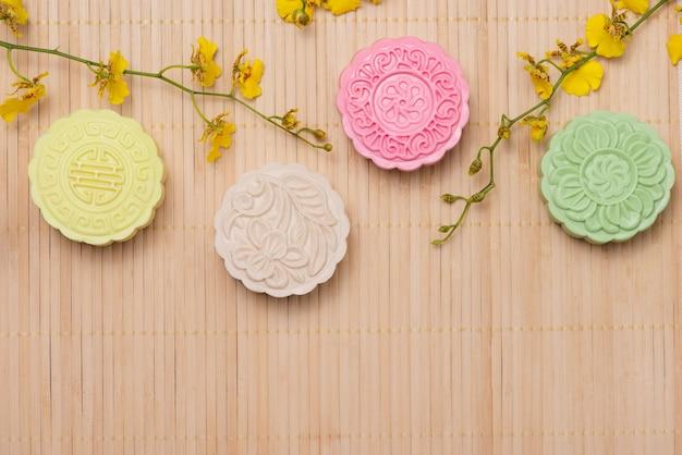 Traditionele mooncakes op tafel setting. besneeuwde huid mooncakes. chinees mid herfst festivalvoedsel.