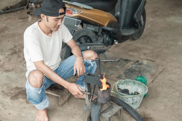 Traditionele motorfietsband repareren in indonesië