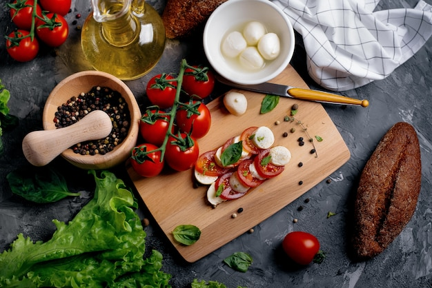 Traditionele mozzarellakaas met tomaten en kruiden.