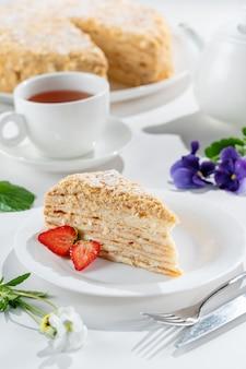 Traditionele napoleon-cake met aardbeien