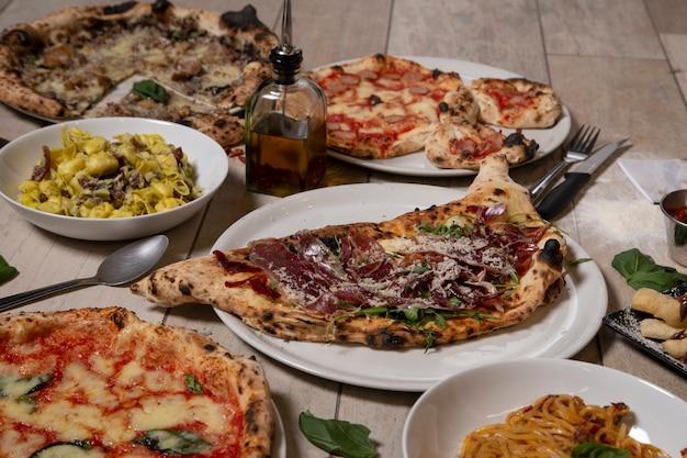 Traditionele napolitaanse gerechten. calzone, iberisch, pizza's, pastagerecht. geïsoleerd beeld. mediterrane keuken.