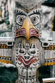 Traditionele nationale indiase totem. totempaal beeldhouwkunst. maya en azteken symbolische religieuze goden gezichten. etnische heidense aanbidding en afgoderij.