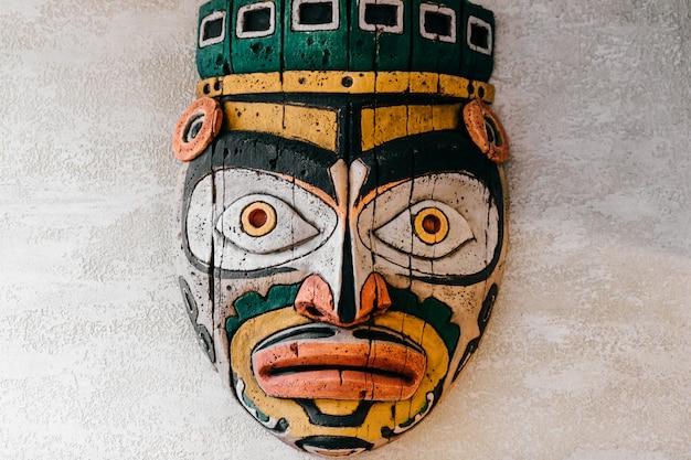 Traditionele nationale indiase totem. totempaal beeldhouwkunst. oude houten masker. maya en azteken symbolische religieuze goden gezichten.