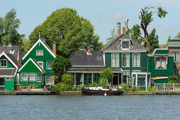 Traditionele nederlandse huizen dichtbij het kanaal in zonnige dag