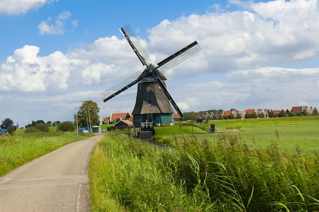 Traditionele nederlandse windmolen dichtbij volendam, holland