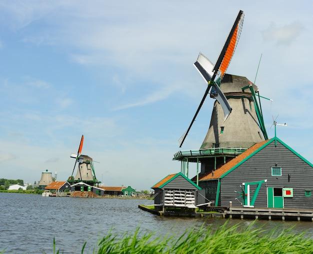 Traditionele nederlandse windmolen in de buurt van het kanaal in zomerdag. nederland