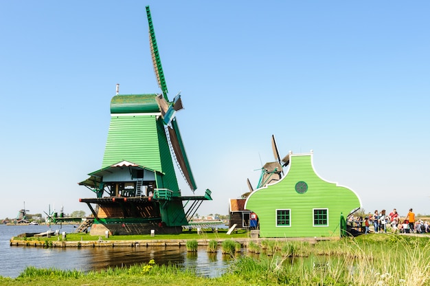 Traditionele nederlandse windmolens in zaanse schans, nederland