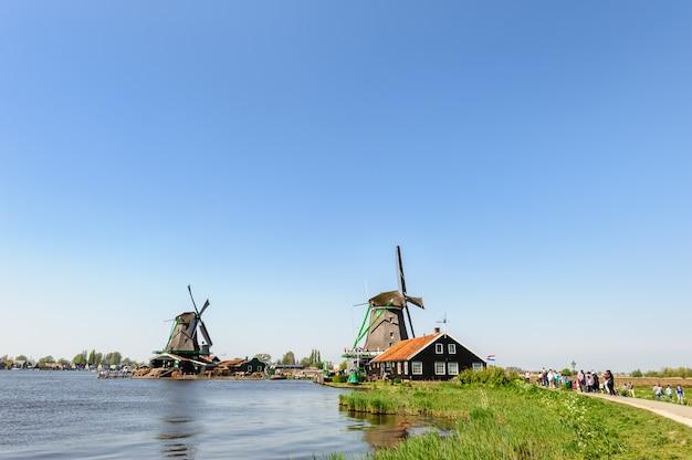 Traditionele nederlandse windmolens in zaanse schans, nederland