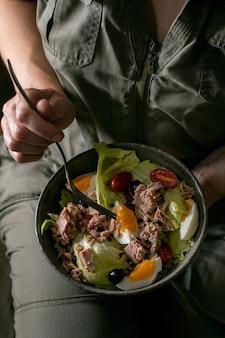 Traditionele nicoise salade met tonijn uit blik