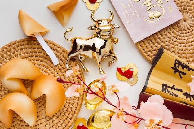 Traditionele nieuwe jaar chinese os bloemen en gelukskoekjes