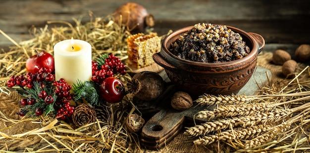 Traditionele oekraïense ceremoniële graanschotel van kerstmis met honing, rozijnen en maanzaad