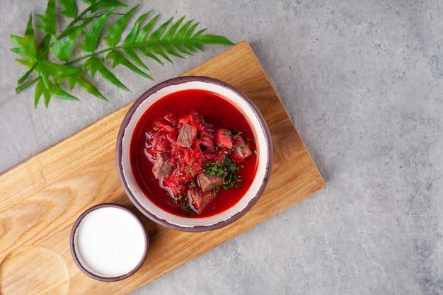 Traditionele oekraïense en russische rode soep met bieten
