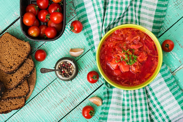 Traditionele oekraïense russische plantaardige borschtsoep op groene kom.