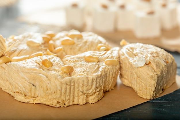 Traditionele oostelijke desserts op houten