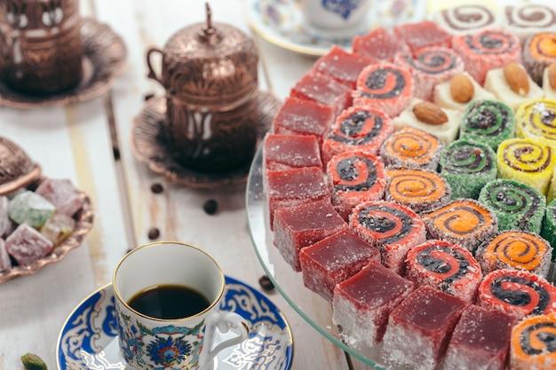 Traditionele oostelijke desserts op tafel