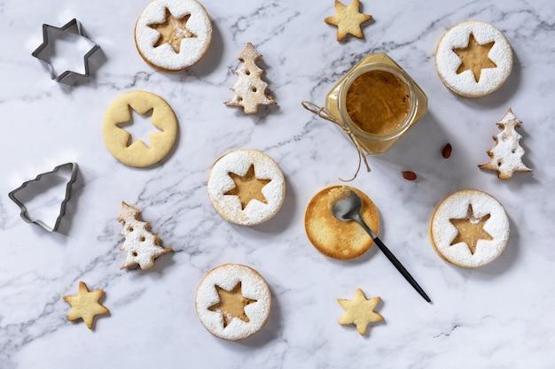Traditionele oostenrijkse kerstkoekjes linzer kerst- of nieuwjaarskoekjes bovenaanzicht plat leggen
