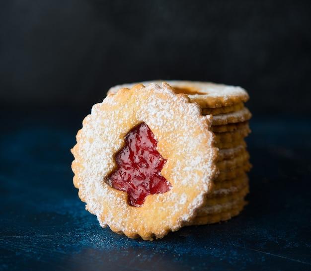 Traditionele oostenrijkse linzer-koekjes met jam, zelfgemaakt gebak, selectieve aandacht, close-up