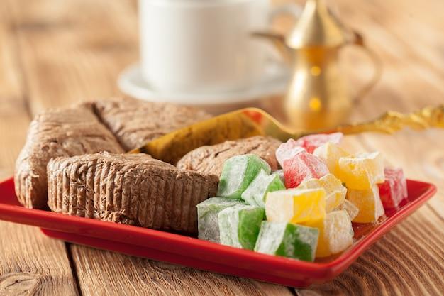 Traditionele oosterse desserts op de tafel
