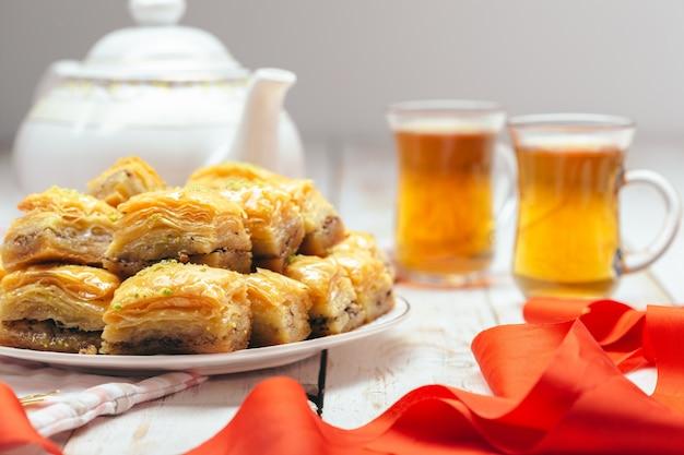 Traditionele oosterse desserts op houten