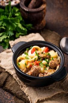 Traditionele oosterse oezbekistaanse soep lagman