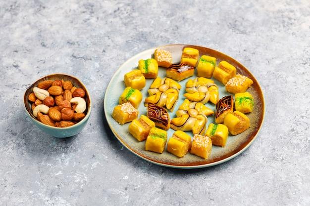 Traditionele oosterse snoepjes met verschillende noten op betonnen ondergrond