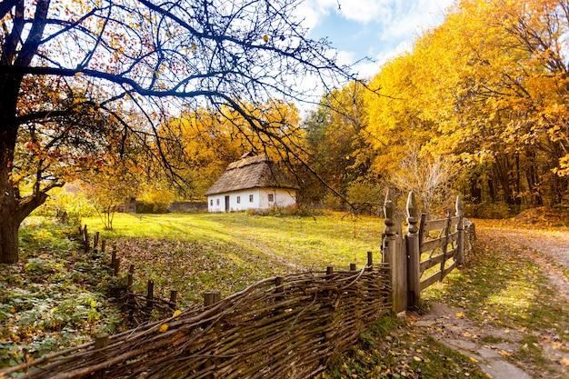 Traditionele oude etno huis herfst herfst concept foto in park