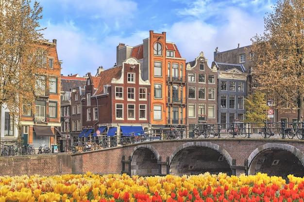 Traditionele oude gebouwen in amsterdam, nederland.