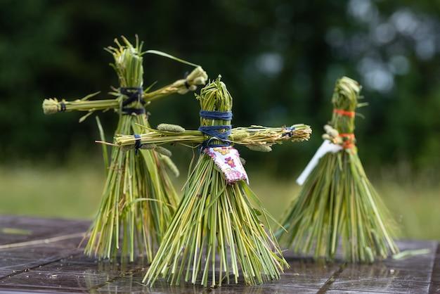 Traditionele oude slavische dansende pop gemaakt van kruiden volksambachten handgemaakte poppen