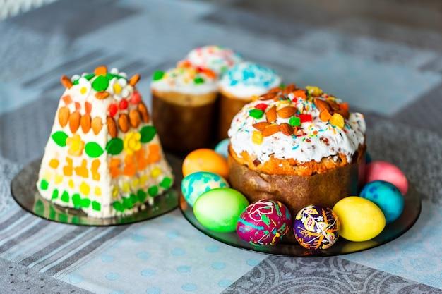 Traditionele paasvakantie tafel geserveerd met zelfgemaakte paascake en beschilderde eieren