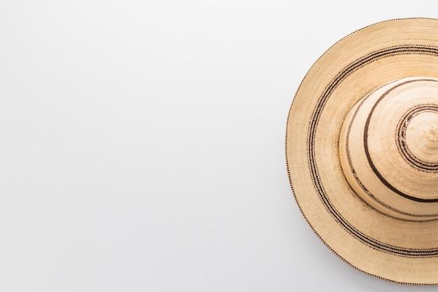 Traditionele panama hoed op een witte tafel