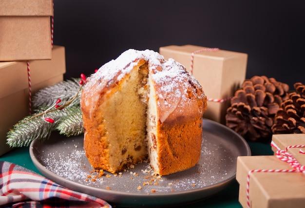 Traditionele panettone van de kerstmiscake met vruchten en noten met kerstmisdecoratie