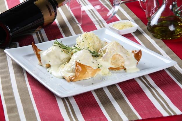 Traditionele pasta in bladerdeeg met spinazie en courgette.