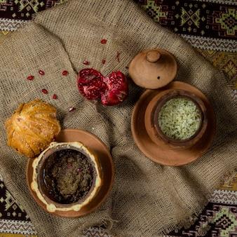 Traditionele pilaf in kleipotten op patroondoekenachtergrond pattern