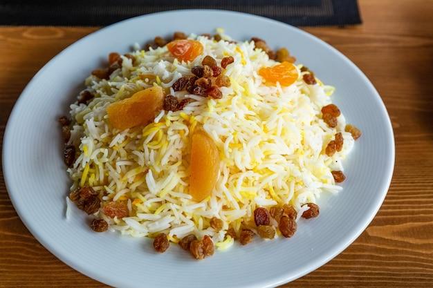 Traditionele pilaf met vlees en gekookt fruit