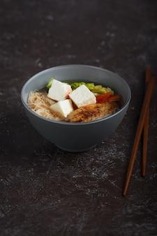Traditionele pittige aziatische soep met tofu kaas en noedels