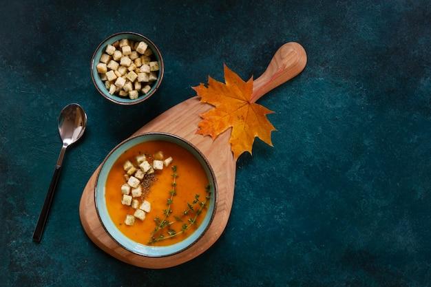 Traditionele pompoen zelfgemaakte roomsoep met croutons en tijm