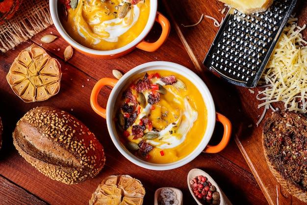 Traditionele pompoenroomsoep in rustieke stijl. gezond eetconcept.
