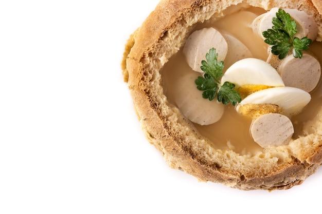 Traditionele poolse soep geïsoleerd op wit