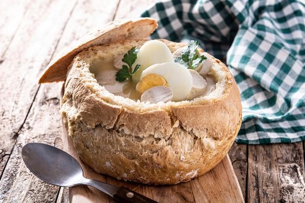 Traditionele poolse soep in brood