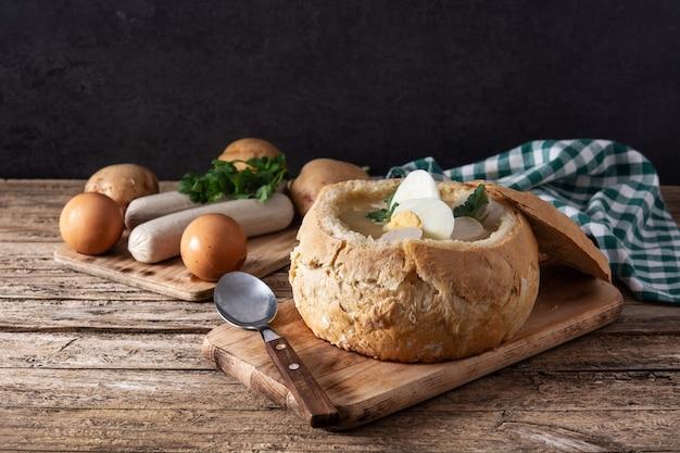 Traditionele poolse soep op houten tafel