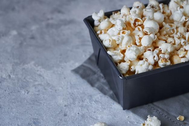 Traditionele popcorn in een metalen kom. rustieke stijl.
