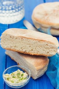 Traditionele portugese aardappel brood van madeira - bolo de caco