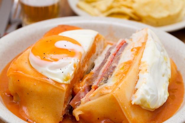 Traditionele portugese sandwich met sausfrancesinha op schotel