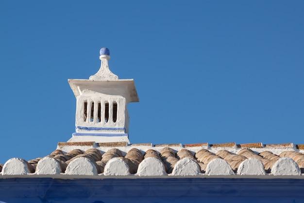 Traditionele portugese schoorsteen. op het dak van het huis.