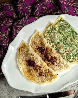 Traditionele qutab gevuld met vlees en groen