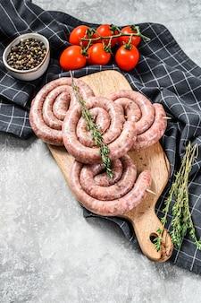 Traditionele rauwe spiraal varkensworstjes. bovenaanzicht