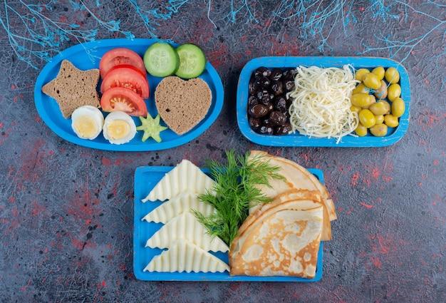 Traditionele rijke ontbijttafel met verschillende soorten voedsel.