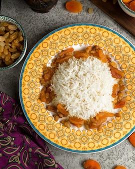 Traditionele rijst geserveerd met zure vruchten