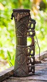 Traditionele rituele trommel van de asmat stam.